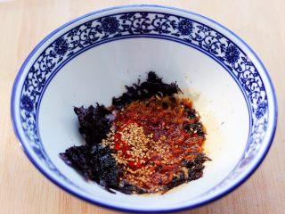 超爽的酸汤馄饨,锅烧热后把花生油烧热倒入碗中。