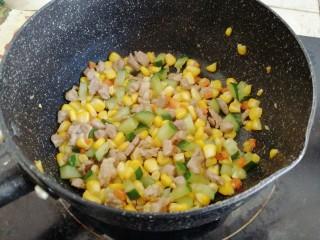 玉米碗蒸,最后倒入黄瓜丁,胡萝卜丁和玉米粒炒两分钟左右,炒至水分收干即可