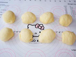 面包豆沙卷,取出面团排气后,平均分成8份,滚团盖保鲜膜松弛15分钟