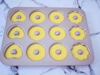 巧克力蛋糕甜甜圈,挤入学厨12连模甜甜圈的模具,7-8分满即可,提起模具震一震,震出大气泡