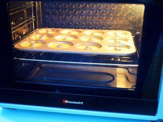 巧克力蛋糕甜甜圈,放入预热好的烤箱,上下火170度,中层20分钟