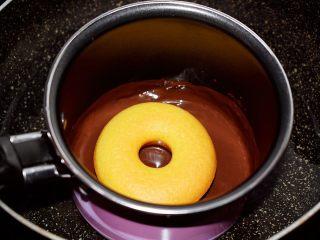 巧克力蛋糕甜甜圈,把蛋糕甜甜圈放入沾裹上巧克力