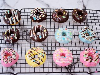 巧克力蛋糕甜甜圈,再按照自己的喜好撒上糖针或糖针、糖片装饰即可