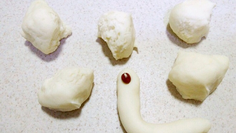 花样馒头~小蜗牛馒头,取白色面团拖搓成图中状态,作为蜗牛的身体