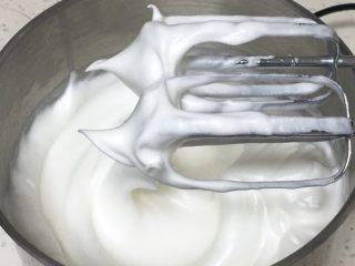 酸奶咖啡蛋糕,继续搅打50圈,蛋白硬挺,出现直立的小尖峰。