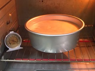 酸奶咖啡蛋糕,烤箱预热至150度,模具送入烤箱下层,烤制40分钟。烤完立即倒扣,三小时后再脱模。