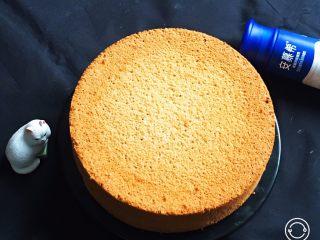 酸奶咖啡蛋糕,手工脱模的蛋糕就是漂亮,自然花纹清晰可见。