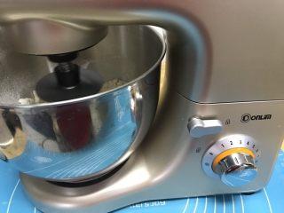 葡萄干早餐小面包,用厨师机开始和面,用2档低速和面7分钟