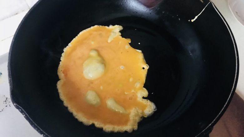 平菇炒蛋,放入鸭蛋翻炒