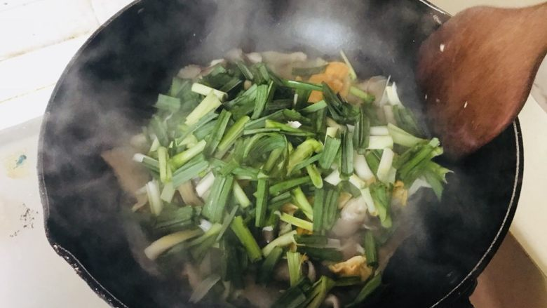 平菇炒蛋,加入大蒜翻炒