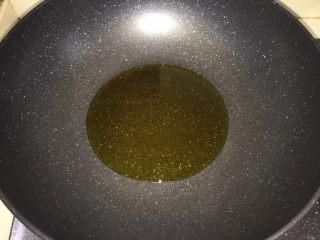 腊肠炒荷兰豆,锅内倒少许油加热