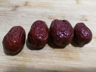 简易版~虫草菇炖鸡腿,红枣四颗,切成细条备用,切条后的图片忽略。