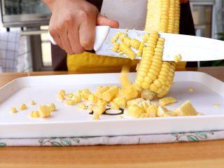 米香玉米汁(豆浆机版),将玉米粒用刀切下 tips:尽量选用嫩一些的玉米