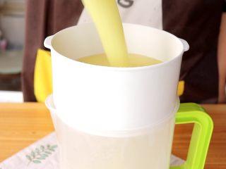 米香玉米汁(豆浆机版),打好的玉米汁倒入过筛网 tips:这里是为了去除玉米皮衣的,玉米皮衣对于小月龄的宝宝来说不好消化,所以过筛掉即可