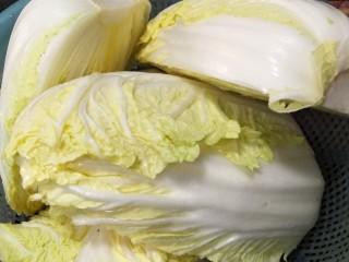 自作泡菜,大白菜切开,大的切成四瓣,小的对半切。用清水洗洗,再把盐一层一层的抹在上面。用一个盆装好,拿重物压住约半天。等大白菜沁出水分,用清水冲洗,挤干水分,备用。