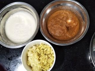 自作泡菜,大白菜处理完后可以开始准备调料。把苹果、梨、生姜、蒜子用料理机打碎。