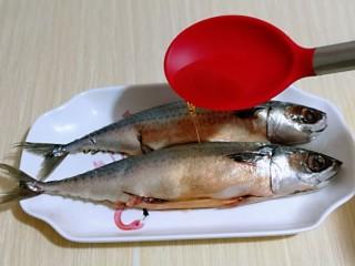 香辣孜然烤鱼,加入料酒。(适当多一些,去鱼腥)