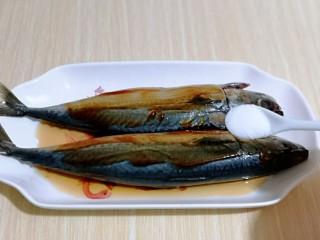 香辣孜然烤鱼,在加入食用盐。(盐的量按个人口味放)