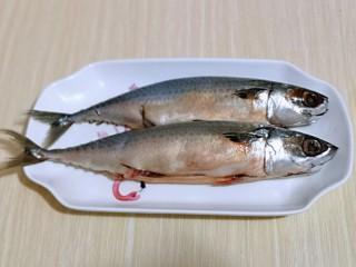 香辣孜然烤鱼,首先将青鱼清洗干净,放入鱼盘中。