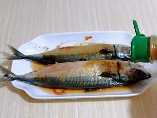 香辣孜然烤鱼,再撒上十三香,戴上食品手套,按摩鱼身,将调料完全被鱼吸收,腌制2-6小时。(我放冰箱腌制了一夜)