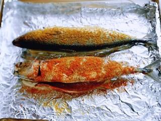 香辣孜然烤鱼,再撒上辣椒粉。(我做了一条辣的,一条不辣)