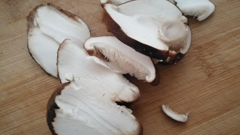 素炒山药核桃香茹,香菇用清水洗净,切成薄片。
