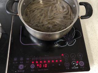 泡椒魔芋丝,魔芋豆腐冷水下锅,煮开后再煮几分钟。为什么要煮?我也不是很懂😂