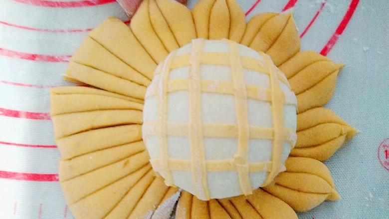 超可爱,向日葵豆包,全部都切成条,每三个条捏在一起,做成花瓣儿。