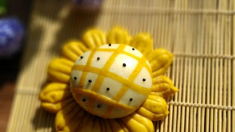 超可爱,向日葵豆包,做好之后放到锅中发酵一个小时,开锅蒸十五分钟就好,怎么样很漂亮吧