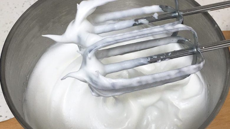 草莓酱蛋糕卷,加入最后的细砂糖,也是50圈,蛋白硬挺出现直立的小尖峰。