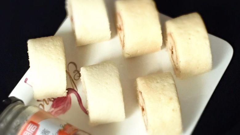 草莓酱蛋糕卷,摆盘看很满意。