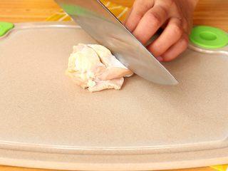电饭锅焖饭,将鸡翅根的表面划斜刀 tips:这样是为了更加入味