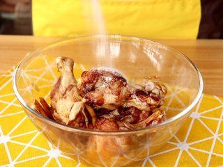 电饭锅焖饭,抓揉均匀,撒2g盐,继续抓揉均匀