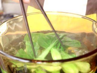 电饭锅焖饭,油菜提前用水焯至软烂 tips:小月龄的宝宝,可以将油菜切碎一些