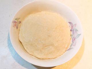 炸油饼,揉成光滑面团,在面团上刷一层玉米油