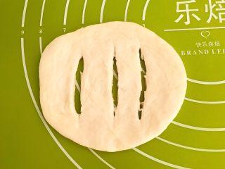 炸油饼,在面皮上划出3刀