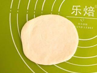 炸油饼,擀成5㎜厚的面皮