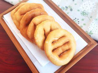 炸油饼,酥炸油饼外酥内软,非常美味啊,要想吃健康的油炸饼就行动起来吧!