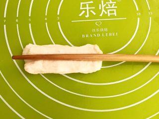 自制健康油条,用筷子在面皮中间压一下,油条生坯就做好了