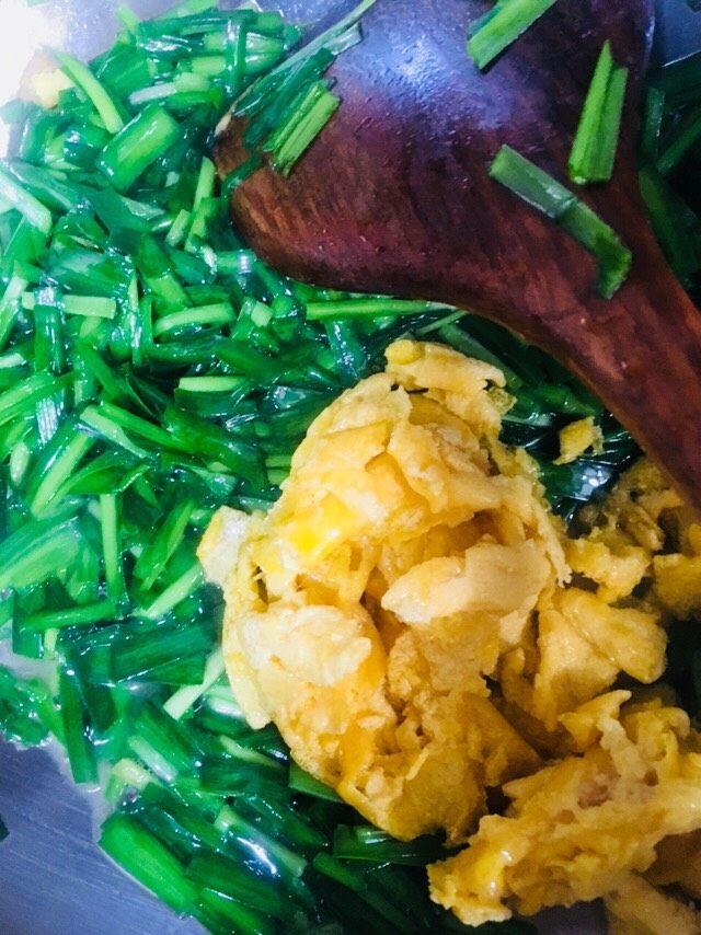 韭菜炒鸡蛋,炒至韭菜变软,倒入炒好的鸡蛋
