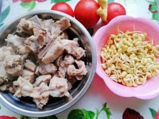 番茄黄豆芽排骨汤,捞出飞过水的排骨,黄豆芽洗净备用,番茄切块,姜切片