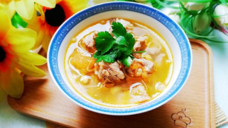 番茄黄豆芽排骨汤,汤色金黄中带着些许红润