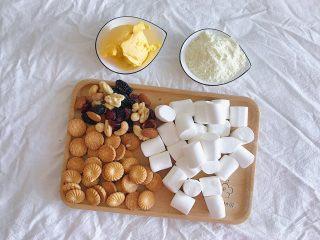 原味雪花酥,食材准备:  棉花糖500克 坚果100克 小饼干200克 奶粉150克 黄油50克
