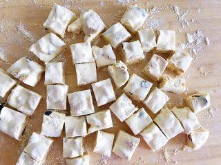 原味雪花酥,再切成小块就好啦 如果不够硬或者不够成型再撒上一些奶粉定型