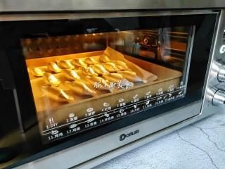 芒果酥,把弄好的蛋挞皮放进去烤10分钟。