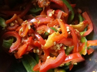川香味意面,彩椒先用炒锅干煸一下。