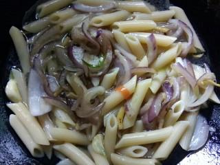 川香味意面,掺入高汤。