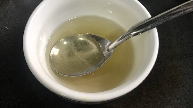 百香果慕斯,泡透的吉利丁粉隔热水融化备用。