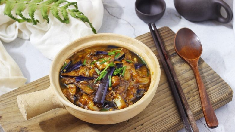 咸鱼茄子煲,一家人抢饭吃的一道菜