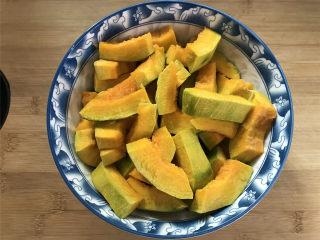 咸蛋黄焗南瓜,用少许盐腌10分钟。